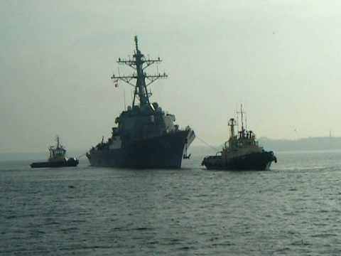 USS Laboon (DDG-58) - arrival in Tallinn assisted by tugs.