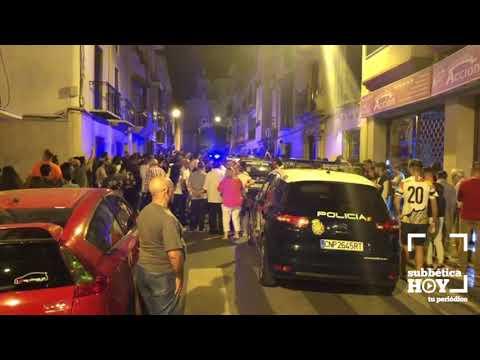 """VÍDEO: Detenido el presunto autor del crimen de Cabra. La multitud grita """"asesino"""" ante la casa"""