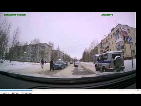 ГИБДД Новодвинска не пропускает пешехода.