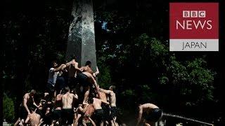 記念碑に殺到する半裸学生たち――米海軍兵学校の伝統行事