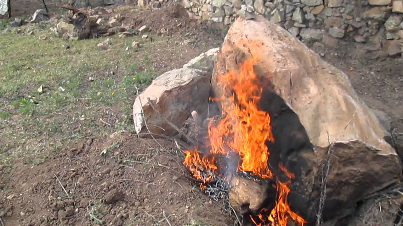 Comment casser un gros rocher youtube for Gros rocher pour jardin