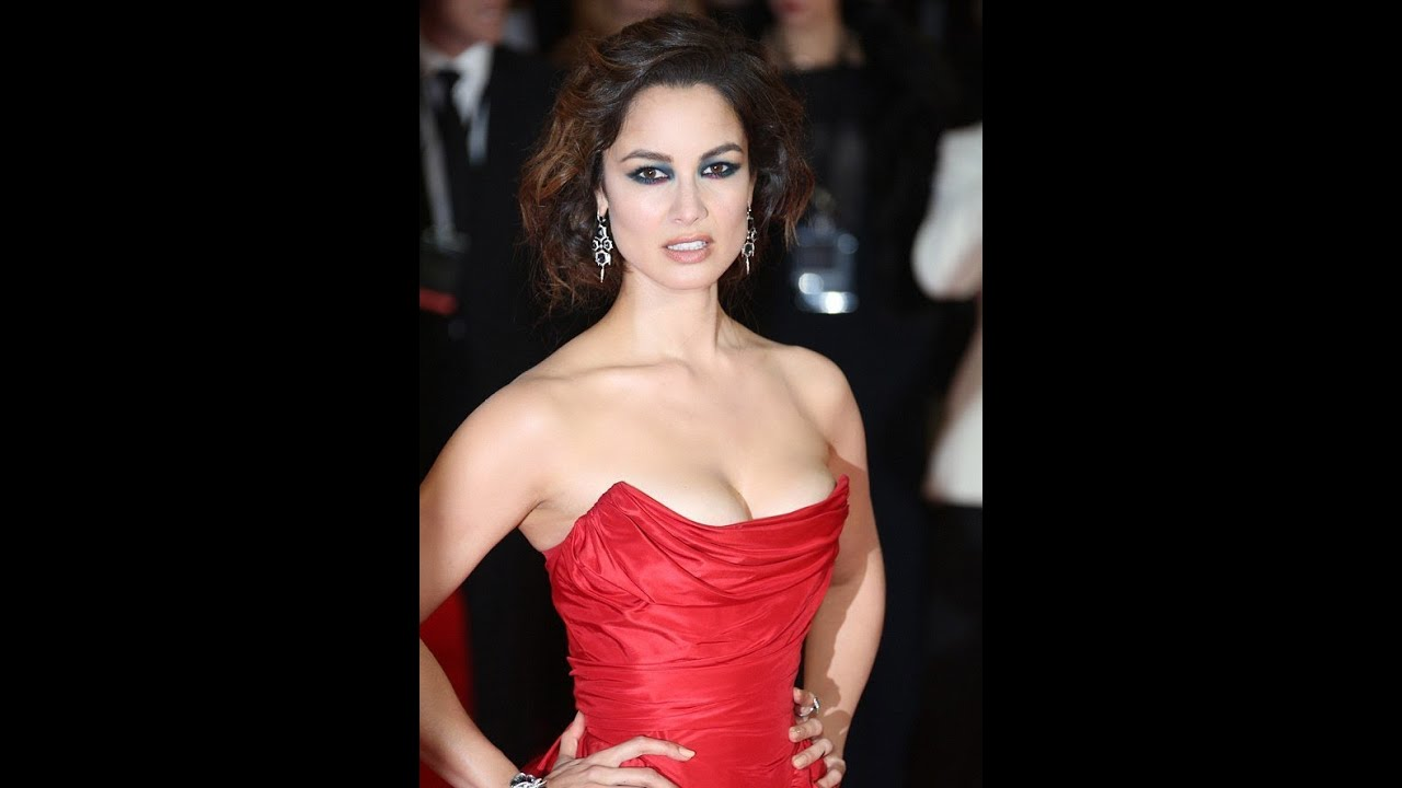 Bonds Sexy Girls in Royal Premiere of Skyfall