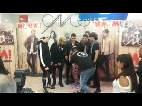 CNCO tomándose foto con fans en Rosario, Argentina.