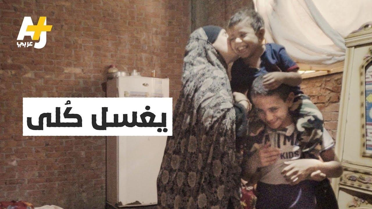 البطل الصغير.. يحمل أخاه على كتفه من الصعيد إلى القاهرة لغسل الكلى