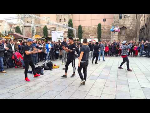 Break dance in barcelona catedral
