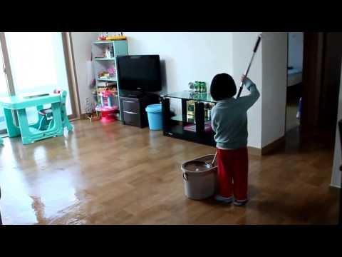 Con gái lau nhà giúp bố mẹ