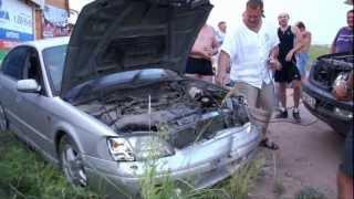 Авария, машина едет с доской в двигателе.