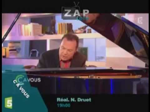 Julien Lepers chante pour C à Vous