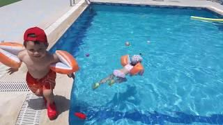 Yumurcak ikizler havuzdaki oyuncaklari bulabileceklermi🎀⚽️🎁 havuz keyfi
