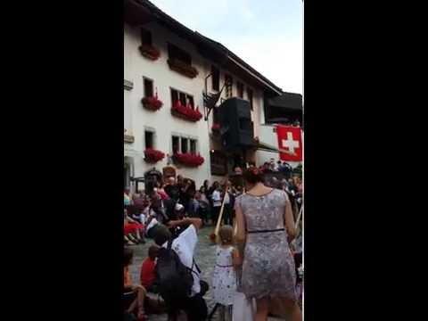 Fête nationale suisse à Gruyères - Cors des Alpes et lanceur de drapeau (01.08.2014)