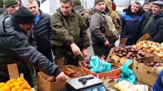 Поверка весов на рынке пистолетом ТТ от Захарченко.