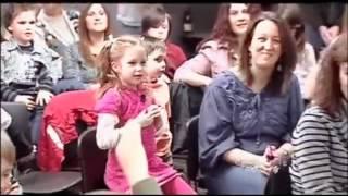 Carlos Pena Scares Little Girl (Carlos Pena asusta a una niña pequeña)
