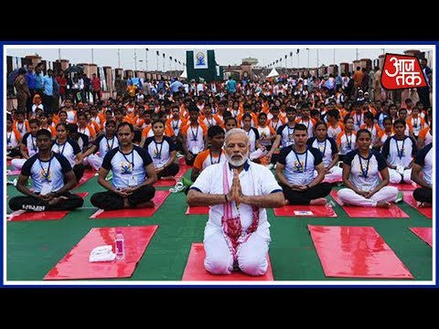 PM Modi Performs Yoga In Rain, Thousands Join Him :Shatak Aaj Tak