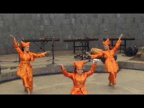 Tari Piring 'Plate Dance - Dance with Plate' Indonesian traditional dance -Tari Piriang