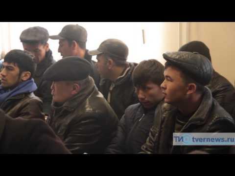 Мигранты штурмуют миграционный центр в Твери