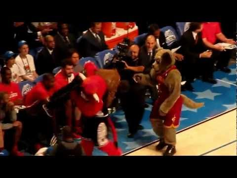Benny the Bull messes with Kevin Hart at the 2012 All Star Game