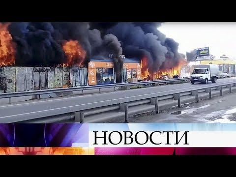 Уже больше девяти часов под Пятигорском не могут ликвидировать пожар, который вспыхнул на рынке.