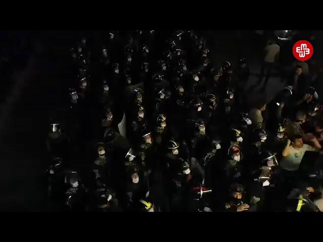 Parlamentin önündə izdiham yaşandı, polis rezin güllədən istifadə etdi - MeydanTV