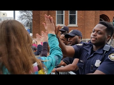 Women's March Protesters High Five Police Officers To Say 'Thanks' During Rally