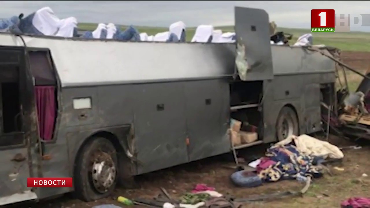 Страшное ДТП в Казахстане. Водитель легкового авто врезался в припаркованный грузовик