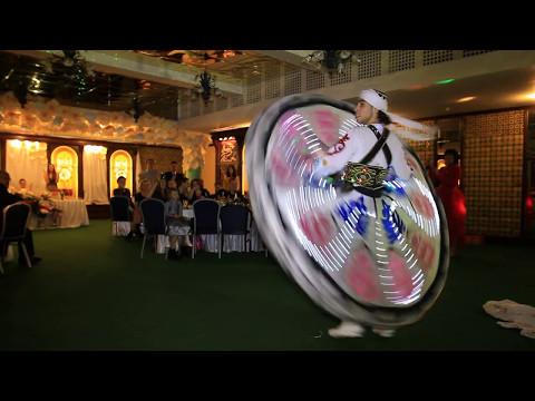 Национальный мужской египетский танец в юбках с бубном