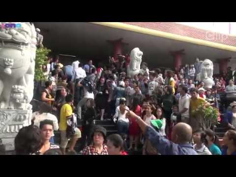 Fan tươi rói chạy theo Sao ở lễ tang Wanbi Tuấn Anh