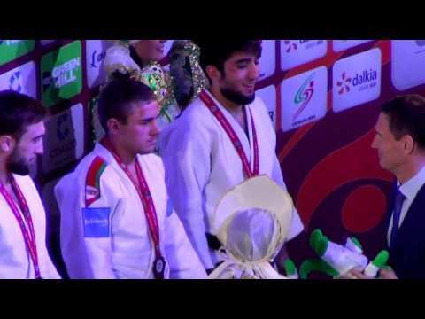 """Абдуле Абдулжалилову вручают золотую медаль """"Большого шлема"""" по дзюдо 2017."""