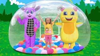 サーシャとディマは巨大なインフレータブルおもちゃとプレイハウスの泡でアウトドアゲームをします