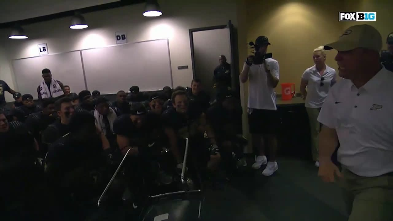 Bobby knight throwing chair gif - Jeff Brohm Throws Chair In Locker Room