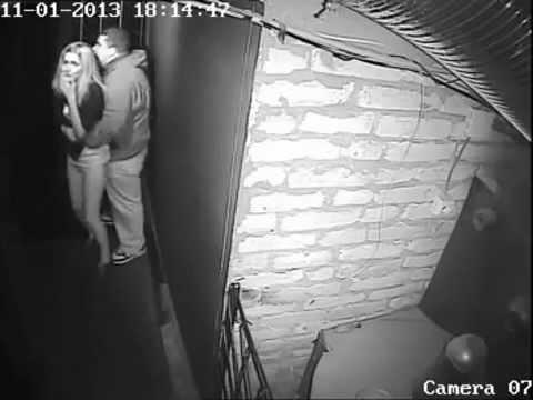 парень и девушка в комнате