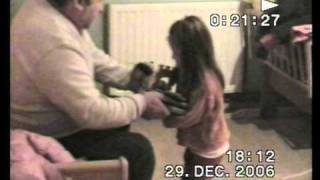 Elena Cvetko 3 godine se igra doktorice sa djedom Hudak.mpg