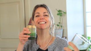Jacynthe nous fait la distinction entre un smoothie et un jus vert en nous concoctant un jus vert à base d'ananas, pomme, brocoli, gingembre et curcuma.