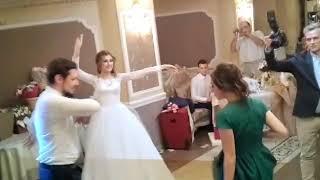 Подруга невесты танцует лезгинку на свадьбе