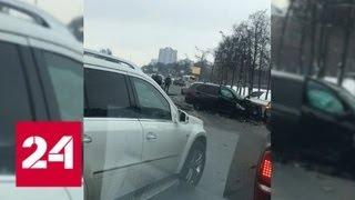 Смотреть видео Уходивший от столкновения водитель устроил массовое ДТП на Кутузовском проспекте - Россия 24 онлайн