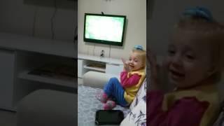 Beren Nazın inek sevdası 😄   Komik video   Eğlenceli çocuk videoları HD