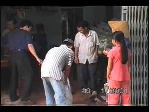 Tang gao cho ba con ngheo o thi tran Cho Gao 2001