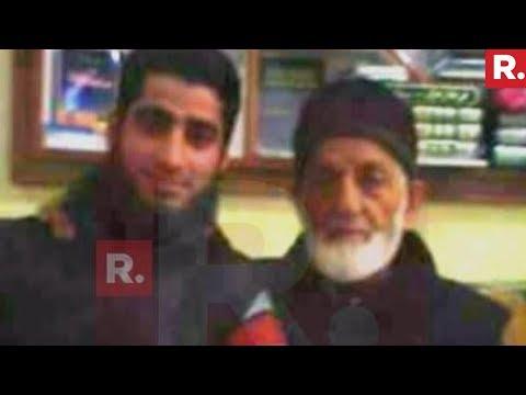 Hurriyat Leader Syed Ali Shah Geelani Posing With Easa Fazli
