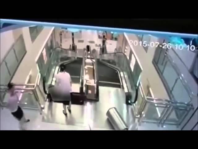 Escalera eléctrica se traga a una mujer