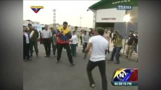 Nicolás Maduro practica boxeo en plena calle con un joven de Cojedes