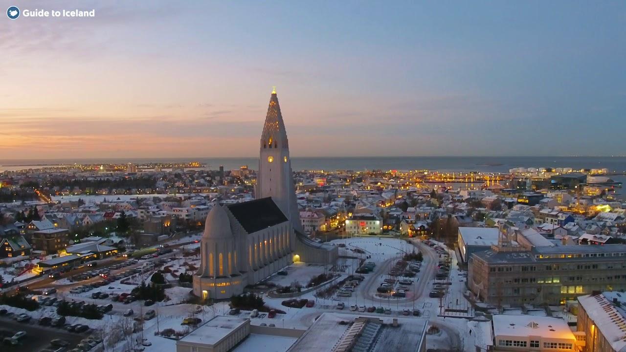 Viajamos a su capital, Reikjavik para alucinar con esta ciudad.  Ubicada justo por debajo del círculo ártico a 64º norte. El primer asentamiento vikingo permanente de Islandia se estableció en Reykjavik. por Ingolfur Arnarson en el 874 A.C.. De acuerdo con la leyenda. Ingolfur arrojó pilares de su trono (öndvegissúlur  - postes de su sillón de caudillo) al océano y se asentaron donde se secaron en tierra.  Desde tierras de cultivo y aguas termales, Reykjavik se ha convertido en una de las ciudades más modernizadas del mundo. Aproximadamente 123.000 personas viven en Reykjavil, más de un tercio de la población total de Islandia. Hoy en día, la capital es conocida por ser uno de los círculos de capitales más verdes, vibrantes y seguras del mundo.