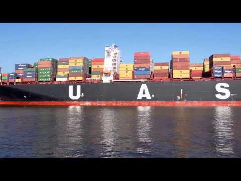 Перевозки грузов на судне  Много контейнеров