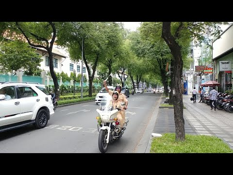 Cảnh sát giao thông múa gậy điêu luyện khi dẫn đoàn VIP Lào – Traffic police swing stick skillful