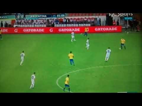 Renzo Saravia en la selección contra Brasil