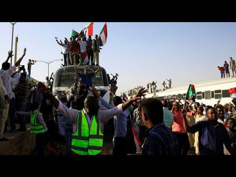 السودان: المجلس العسكري يعلن التوصل إلى -اتفاق على أغلب مطالب- قادة الاحتجاجات  - نشر قبل 2 ساعة