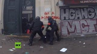 Dos policías golpean a manifestante en el suelo durante la huelga general en París