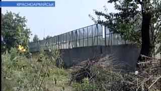 видео Установка заборов из профнастила и дерева в Красноармейске