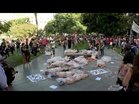 شاهد: أرجنتينيات يمثلن دور القتيلات اعتراضاً على جرائم قتل النساء المتزايدة…  - 11:58-2021 / 2 / 19