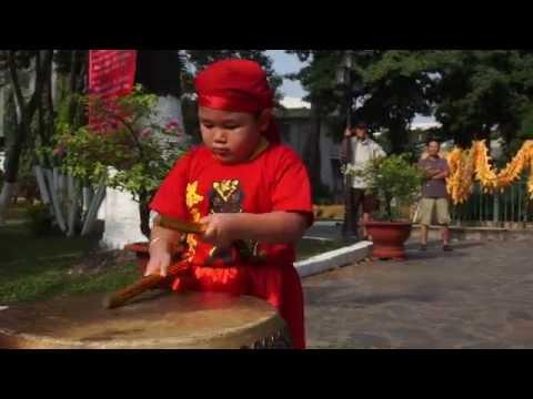 Nhóc 4 tuổi đánh trống múa lân như người lớn