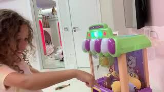 Valentina brinca de se vestir e com maquiagem de brinquedo