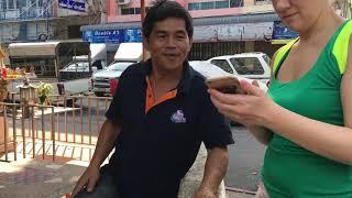 Бангкок:Пытаемся узнать у местного где поменять деньги  в воскресенье